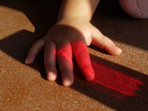 mano luce colore pavimento